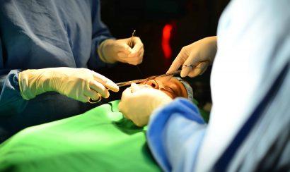 Tiến hành phẫu thuật thu nhỏ đầu mũi