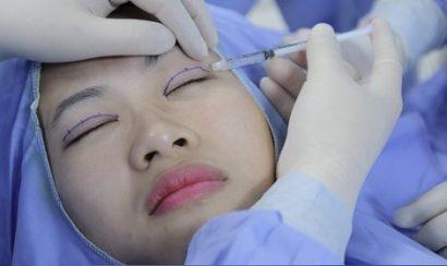 Tiến hành gây tê vùng mắt